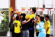 El equipo manteando a David después del pitido final