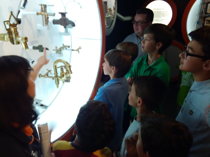 La guía enseñándonos los diferentes grifos a lo largo de la historia