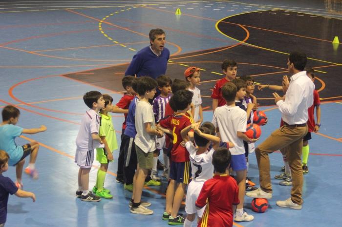 Turiel dirigiendo al grupo de niños que participó en el clínic