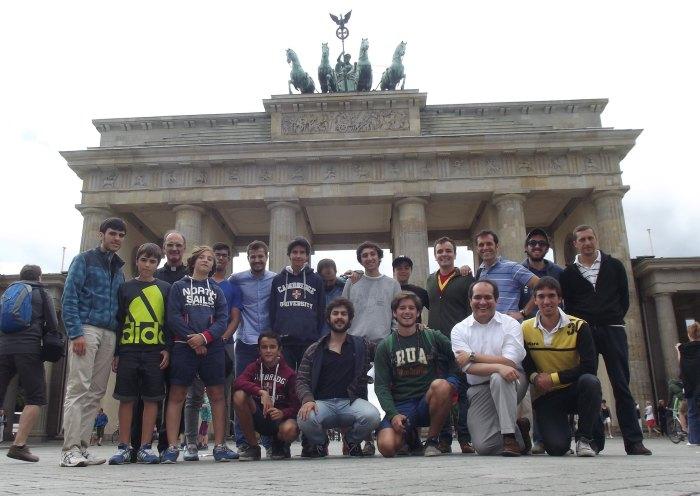 Foto de grupo en Dublín frente a la Puerta de Brandeburgo construida en 1788