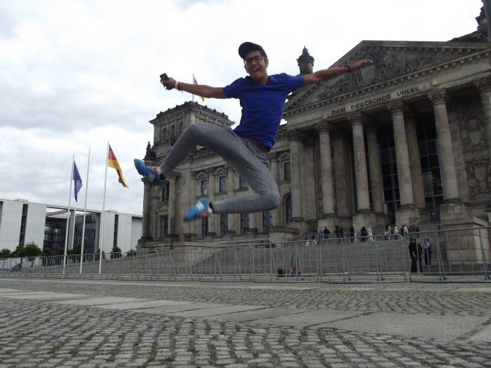 Salto acrobático de Jaime que definen el estilo alegre y simpático de la convivencia