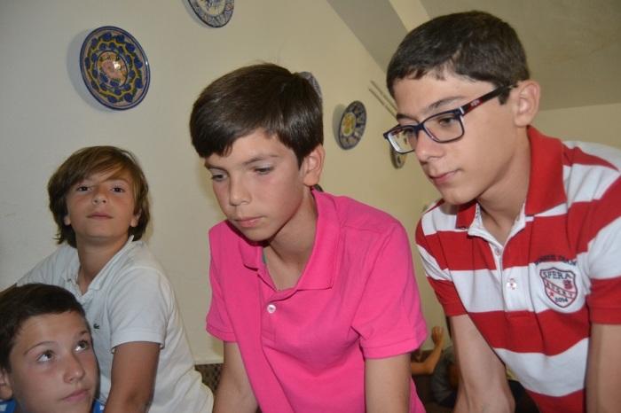 Alejandro y Pablo atienden a la explicación de la estrategia, bajo la mirada atenta de Isco y de Lolo