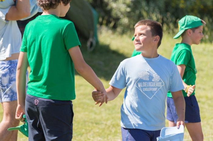 """Diego dando la mano a Miguel como muestra de """"fairplay"""" después de un partido."""