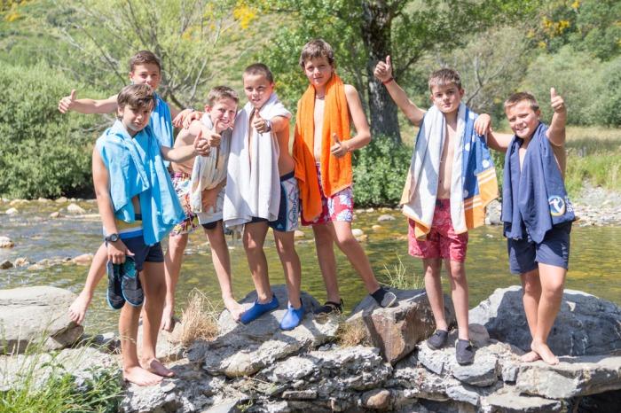 Todo un equipo, liderado por Pepe, al río Curueño para refrescar la calurosa mañana